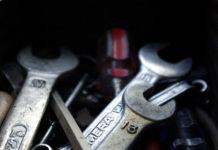 Jakie narzędzia zawsze warto mieć w samochodzie?