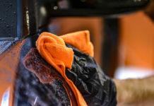 Ściereczki z mikrofibry, ircha naturalna i inne środki do mycia samochodu